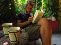 leyendo en el Hostal La Candelaria, Valladolid, Mexico.