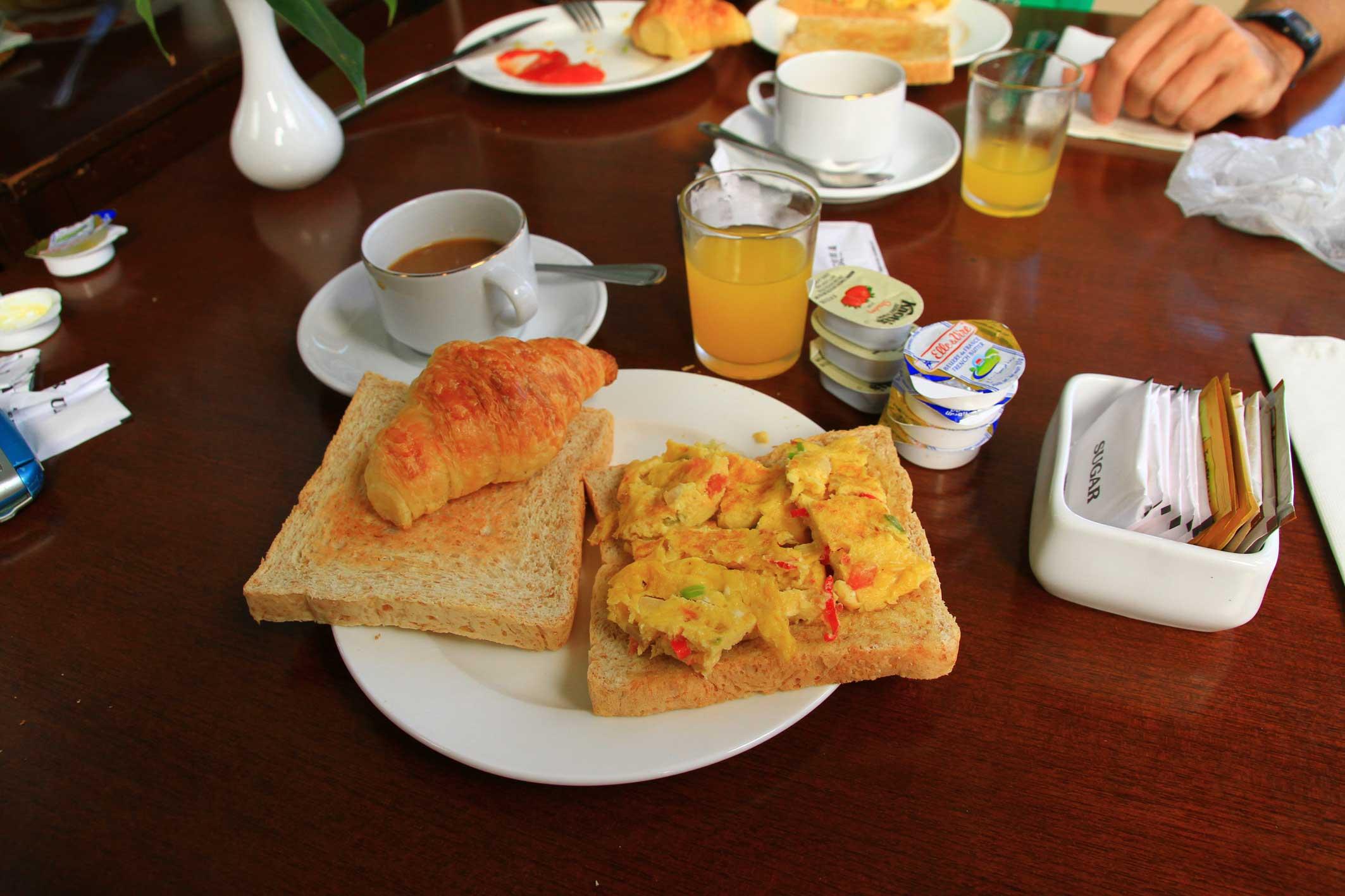 cafe y algo mas de jueves-http://adondeiremosaparar.files.wordpress.com/2012/05/desayuno-pade-hotel-banda-aceh-tostadas-huevos-y-pastas.jpg